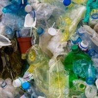Plastik bliver brugt til computere – men hvordan laver man plastik?