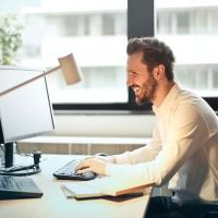 Rygstøtte til kontorarbejde – virker holdningskorrigerende tøj?